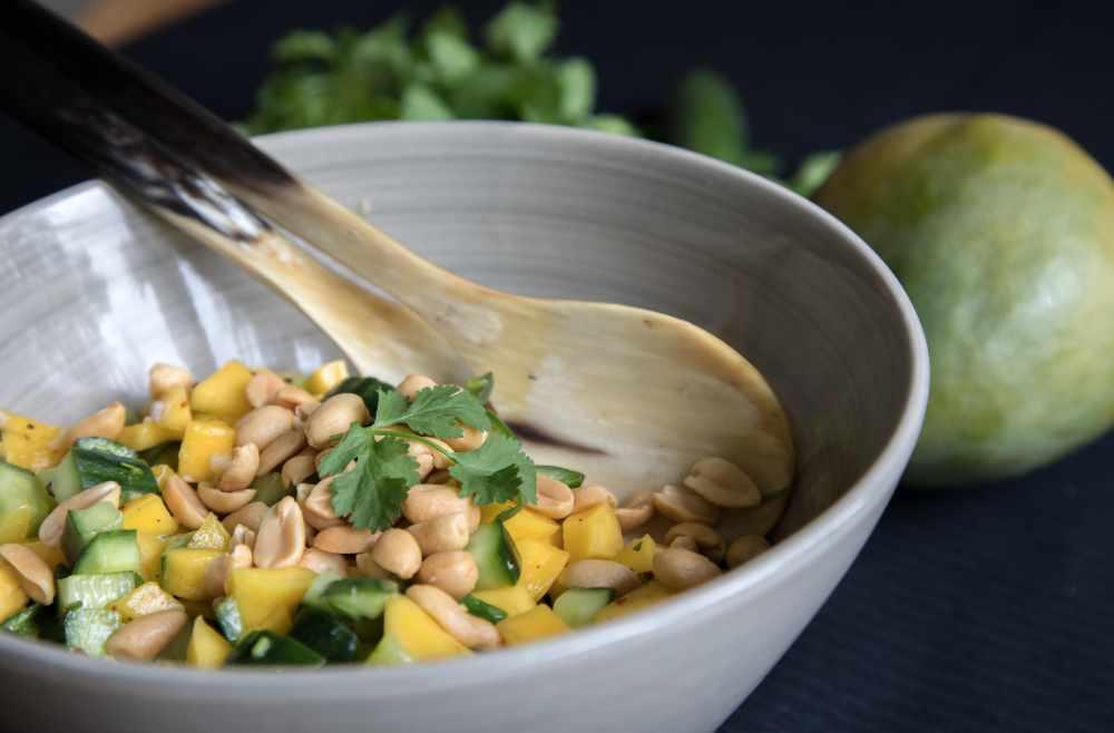 gurke-mango-salat mit Erdnüssen