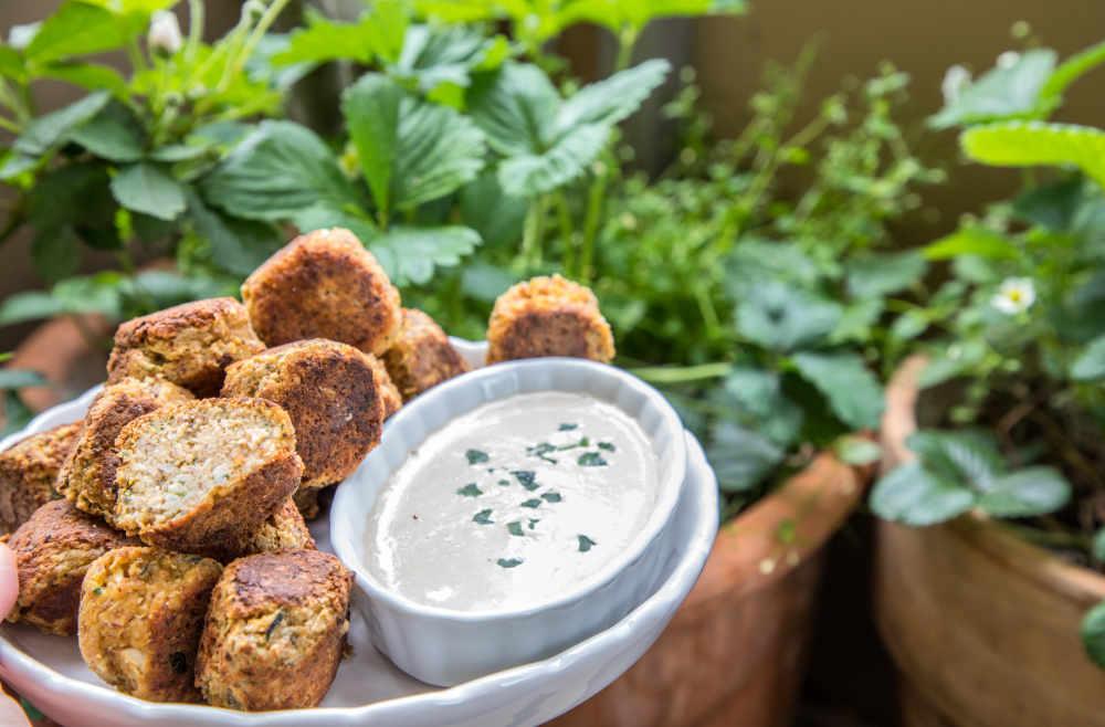 Low Carb Falafel mit Tahini-Dip